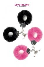 Menottes fourrure Attach me - Paire de menottes en métal recouvertes d'une fausse fourrure colorée, par Love to Love.
